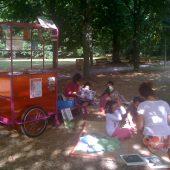 La carriole de TAKAlire au parc. Août 2012.